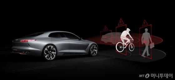 현대자동차 프리미엄 브랜드인 제네시스가 전방에 차량과 같은 방향으로 달리고 있는 자전거와 충돌 위험이 감지되면 운전자의 차량 제동을 도와주는 '전방 충돌방지 보조(FCA)' 기능을 'G70'에 최초로 탑재한다./사진제공=제네시스 브랜드