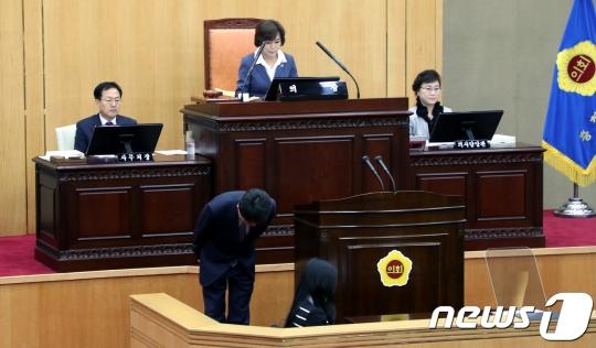 김학철 충북도의원이 11일 도의회 3자 본회의에서 고개 숙여 사과하고 있다./사진=뉴스1