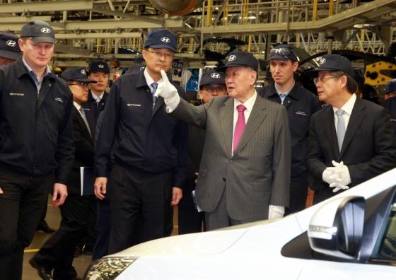 정몽구 현대차그룹 회장이 지난해 8월 3일(현지시간) 러시아 현대차 공장을 방문해 당시 생산에 들어간 소형 SUV 크레타의 품질을 점검하고 있는 모습./사진제공=현대자동차