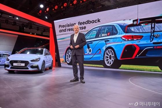 12일(현지시간) '2017 프랑크푸르트 모터쇼'에서 알버트 비어만(Albert Biermann) 현대자동차 시험·고성능차 개발 담당 총괄이 발표를 하고 있다. /사진제공=현대자동차