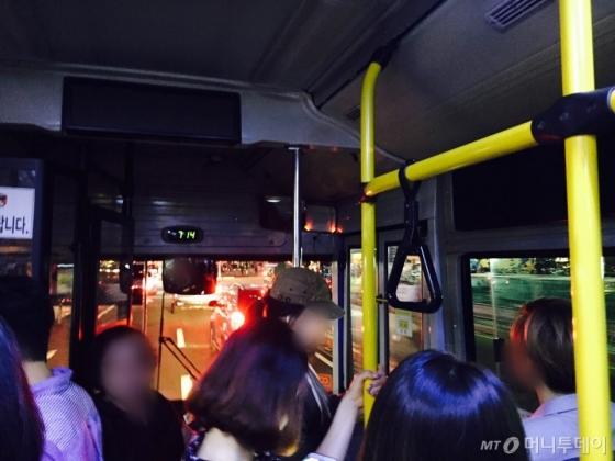 정류장 떠난 뒤 약 10초 후 버스 내부 모습. 버스는 3차선에 정차해있다. /사진=남궁민 기자