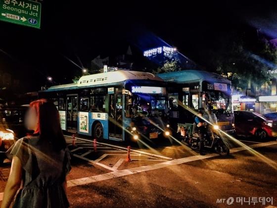 240번 버스가 건대사거리에서 신호를 받고 정차한 모습. 3차선 직진 차선에 정차했다. /사진=남궁민 기자
