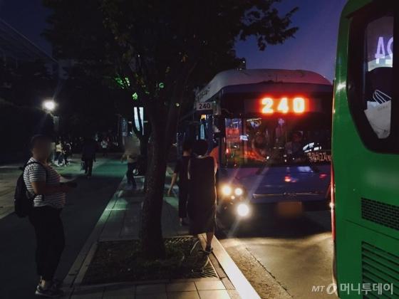 건대역 정류장에 정차한 240번 버스 /사진=남궁민 기자