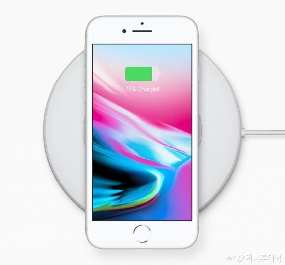 아이폰8 시리즈의 무선 충전 기술./ 사진=애플