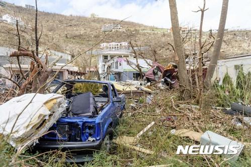 허리케인 어마가 휩쓸고 지나간 카리브해 영국령 버진 아일랜드에 10일(현지시간) 자동차 한 대가 크게 부서져 있다.사진은 영국 국방부가 제공한 것이다. /사진=뉴시스