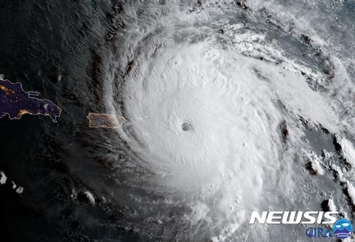 5등급 허리케인 어마가 6일(현지시간) 카리브해 영국령 앵귈라를 덮치고 있다. 사진은 GOES-16 위성이 촬영한 것으로, 국립허리케인센터가 공개했다. /사진=뉴시스