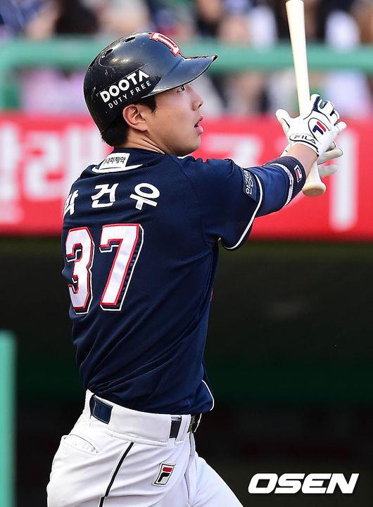 멀티 홈런을 폭발시키며 팀 공격을 이끈 박건우.<br /> <br />