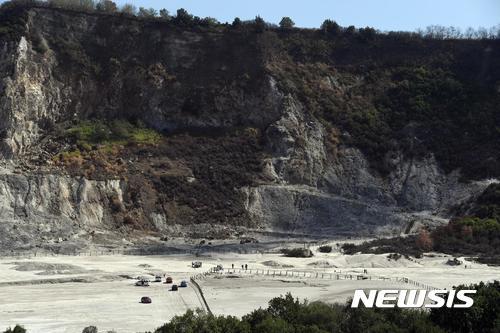 이탈리아 구조대가 12일(현지시간) 나폴리 인근 포추올리에 있는 솔파타라 화산의 분화구에서 일가족이 빠져서 숨진 곳으로 보이는 현장 주변을 조사하고 있다. /포추올리=안사AP/뉴시스