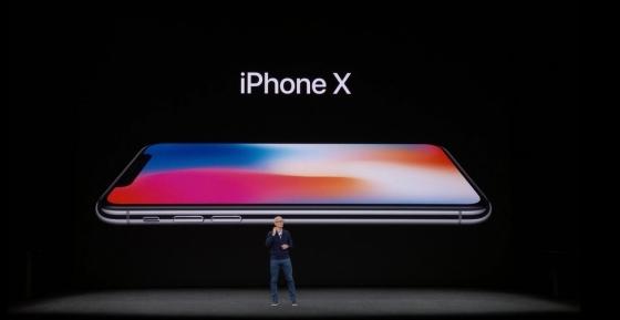 팀 쿡 애플 CEO(최고경영자)는 12일(현지시간) 미국 캘리포니아주 쿠퍼티노에 위치한 애플파크 내 스티브 잡스 시에터에서 열린 연례 제품발표회에서 아이폰 X를 선보이고 있다.