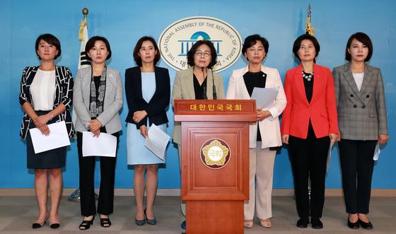 더불어민주당 여성의원들이 13일 서울 여의도 국회 정론관에서 기자회견을 하고 있다./사진=뉴스1