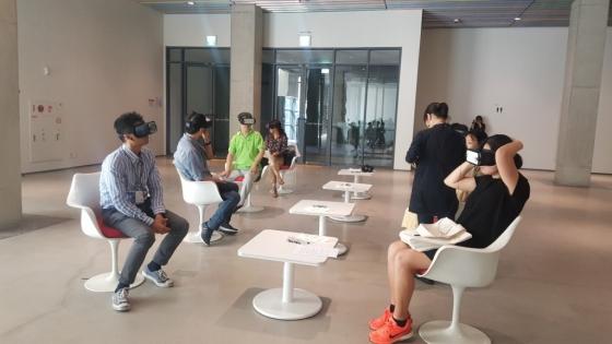 13일 오후 서울 종로구 국립현대미술관에서 관객들이 영화 '동두천'을 관람하고 있다. /사진=구유나 기자
