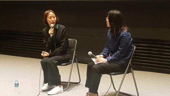 김진아 감독(왼쪽)과 김은희 국립현대미술관 학예연구사가 13일 '관객과의 대화'를 진행하고 있다. /사진=구유나 기자