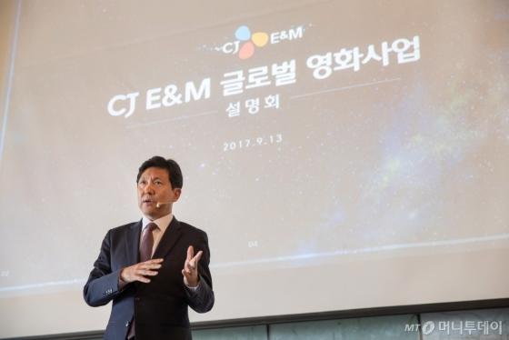 CJ E&amp;amp;M 정태성 영화사업부문장이 13일 '글로벌 영화사업 설명회'에서 해외 로컬 영화 제작에 대해 설명하고 있다. /사진제공=CJ E&amp;amp;M<br />