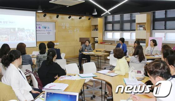 [사진]교사들과 함께 토론하는 조희연