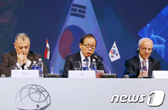 [사진]세계헌법재판회의 총회 참석, 기조연설하는 김이수 헌법재판소장 권한대행