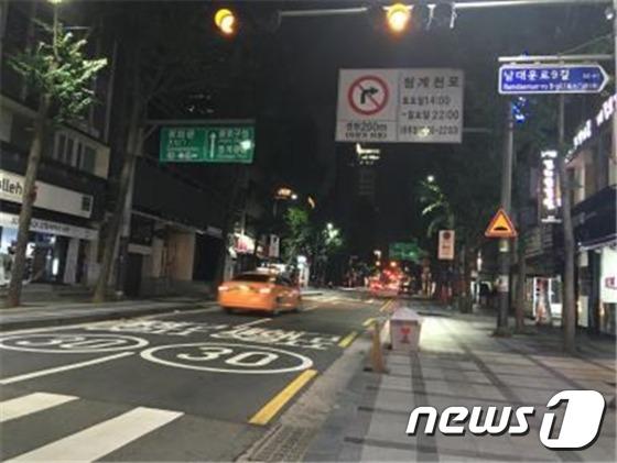 서울 무교로 청계천방향으로 차량이 지나가자 사물인터넷 가로등 밝기가 100%로 높아졌다.(서울시 제공)© News1