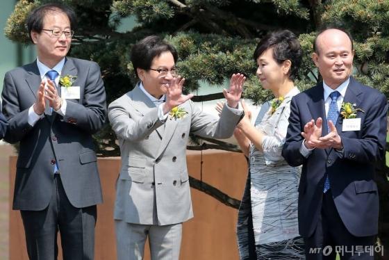 이재현 CJ그룹 회장이 17일 오전 경기 수원시 영통구 이의동 CJ블로썸파크에서 열린 개관식 기념식수를 마친 뒤 직원들을 향해 손 흔들고 있다.