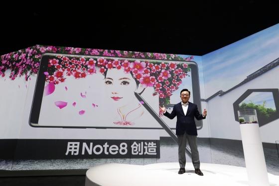 삼성전자 무선사업부장 고동진 사장이 13일 중국 베이징 798 예술구에서 열린 갤노트8 공개 행사장에서 기조연설하고 있다. /사진제공=삼성전자.
