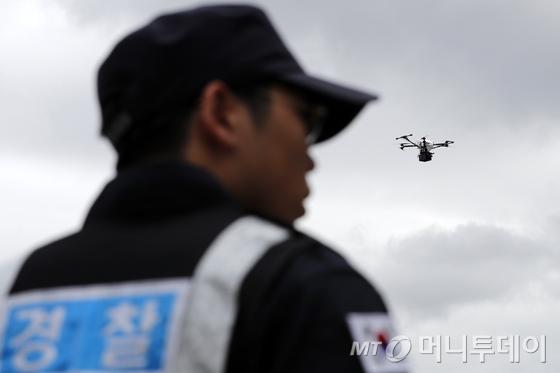 지난달 국가 비상대비훈련 2017 을지연습에서 경찰들이 드론을 이용한 테러 및 재난대응 종합훈련 예행연습을 했다. /사진제공=뉴스1