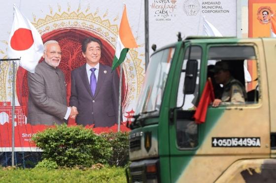 지난 13일(현지시간) 인도 구자라트주(州) 아마다바드의 거리 모습. 한 건물 벽면에 나렌드라 모디 인도 총리와 아베 신조 일본 총리가 악수하는 장면이 그려져 있다. 아베 총리의 인도 방문을 기념하는 그림이다. /AFPBBNews=뉴스1