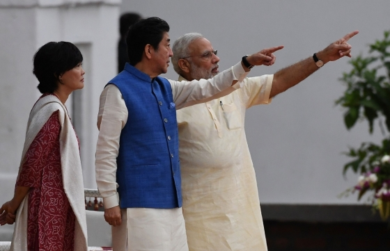지난 13일(현지시간) 인도를 방문한 아베 신조<br> 일본 총리와 아베 총리의 부인 아베 아키에 여사가 인도 전통의상을 입고 나렌드라 모디 인도 총리의 설명을 듣고 있다. /AFPBBNews=뉴스1