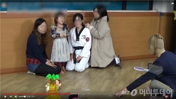 한 유튜브 키즈 채널이 게시한 영상에서 아빠가 강도로 분장해 아이에게 겁을 주는 장면 /사진=세이브더칠드런 제공