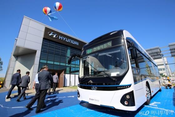'엑시언트 스페이스 전주'에 전시된 전기버스/사진제공=현대차