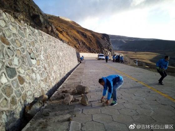 지난 13일 오후 중국의 백두산 남측 관리 직원들이 낙석을 치우고 있다. /사진=길림창바이산경구관리공사 웨이보