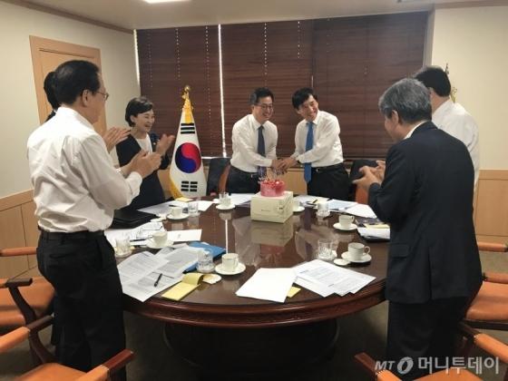 [사진]경제부처 장관들, 이주열 한은 총재 생일파티