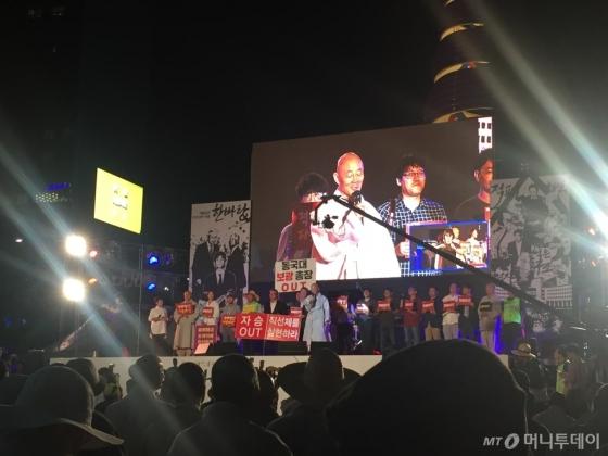 14일 오후 7시 서울 청계광장서 열린 '적폐청산을 위한 문화예술 한바탕' 문화제에서 명진 승려가 '불교계 적폐 청산'에 대해 발언하고 있다./사진=방윤영 기자