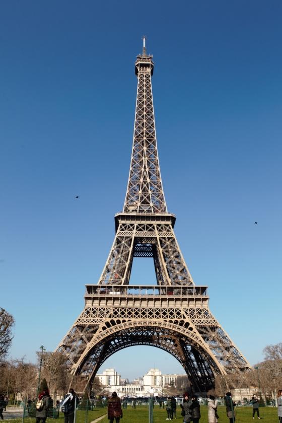 가까이에서 본 에펠탑.