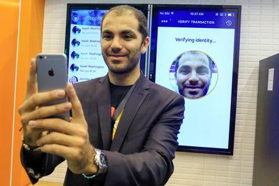 아이폰X의 안면인식 기능을 시험 중인 사용자/사진제공=블룸버그