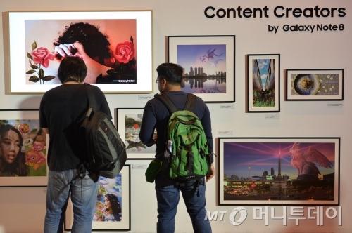 태국 방콕에 위치한 아바니 리버사이드 방콕 호텔에서 갤노트8 출시 행사에 참석한 사람들이 제품을 체험하고 있는 모습/사진제공=삼성전자<br />