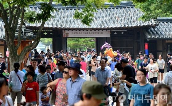 경기도 용인 한국민속촌이 추석연휴를 즐기는 관람객들로 인산인해를 이루고 있다./사진=뉴스1