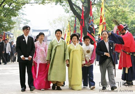 2006년 경복궁 신무문 집옥재 개방 행사에 참여한 김노무현 전 대통령 내외/사진=국가기록원