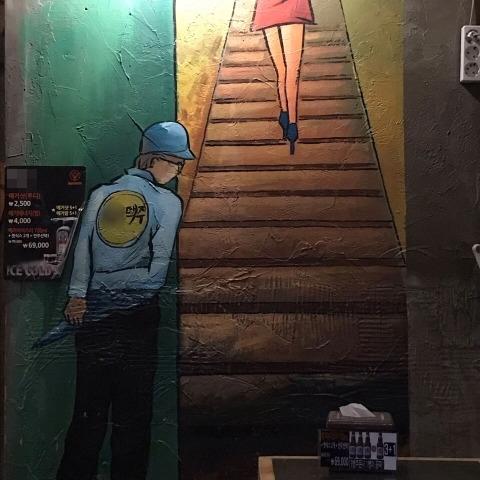 한 맥주 프랜차이즈 매장에 그려진 벽화 /사진=온라인 커뮤니티