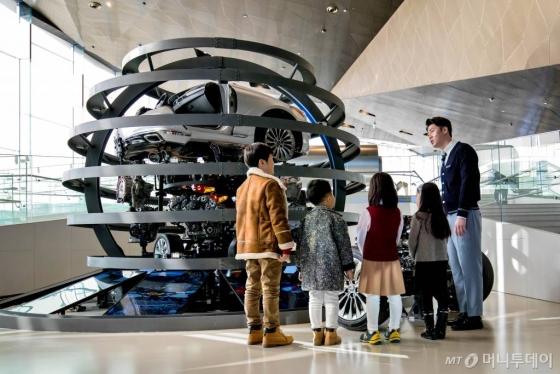 경기도 고양시에 있는 '현대모터스튜디오 고양'에서 어린이들이 자동차 관련 구조물 앞에서 설명을 듣고 있다./사진=현대차