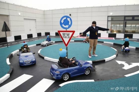 인천 영종도에 있는 'BMW 드라이빙 센터'에서 어린이들이 키즈드라이빙스쿨에 참석, 교통 안전 교육을 받고 있다./사진=BMW코리아
