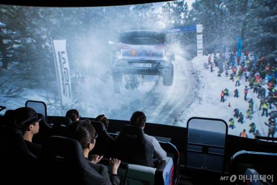 경기도 고양시에 있는 '현대모터스튜디오 고양' 4D 체험관에서 관람객들이 자동차 관련 영상물을 보고 있다./사진=현대차