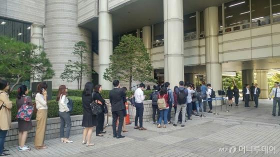 28일 오전 서울중앙지법 서관 앞에 대기줄이 늘어서 있다/사진=김성은 기자