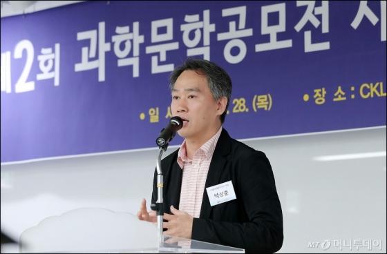 [사진]심사평 하는 박상준 심사위원장