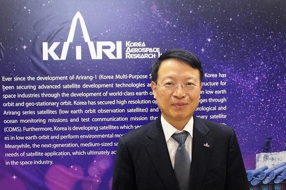IAC 2017 한국항공우주연구원 부스에서 김인선 부원장이 사진 포즈를 취하고 있다/사진=류준영 기자