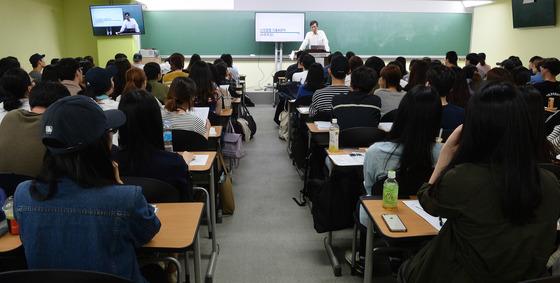 서울 동작구 노량진동의 한 경찰공무원 입시학원에서 학생들이 수업을 듣고 있다. /사진=뉴스1