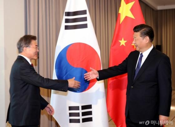 문재인 대통령과 시진핑 중국 국가주석이 지난 7월 6일 오전 베를린 인터콘티넨탈 호텔에서 열린 한-중 정상회담을 위해 만나고 있다. /사진제공=뉴시스