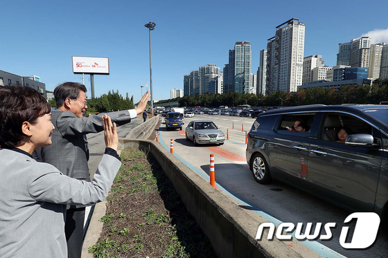 문재인 대통령이 추석 명절을 맞아 2일 오전 경기 성남 서울IC에서 귀성객들에세 인사를 전하고 있다.(청와대) /사진제공=뉴스1
