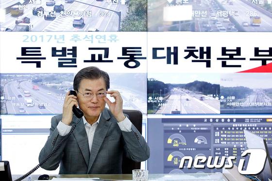 문재인 대통령이 TBS 교통방송에 출연해 일일 교통통신원으로서 귀향객들에게 교통 상황을 전하고 있다.(청와대)