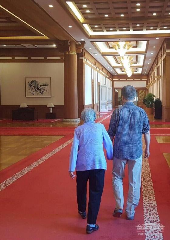올해 여름 청와대를 방문한 문재인 대통령의 어머니(왼쪽)와 문 대통령의 모습. /사진='대한민국 청와대' 페이스북