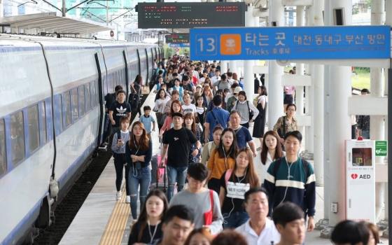 추석 연휴 마지막 날 서울역에 도착한 귀경객들이 열차에서 내려 집으로 향하고 있다./사진=이동훈 기자<br />