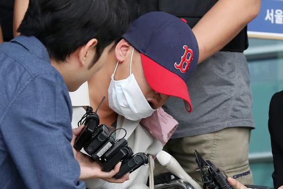 딸 친구를 살해하고 시신을 야산에 유기한 혐의를 받고 있는 피의자 이모씨(35)가 8일 오후 영장실질심사를 받기 위해 서울 중랑경찰서에서 서울북부지방법원으로 이송되고 있다. / 사진=뉴스1