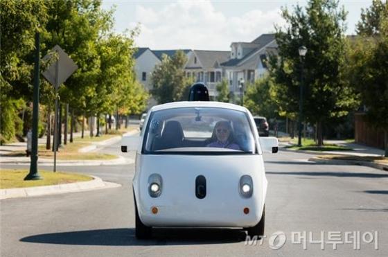 시각장애인이 '웨이모' 자율주행차에 탄 모습/사진=웨이모